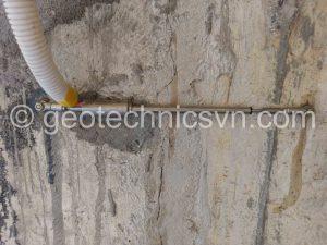 Lắp đặt thiết bị đo biến dạng khe nứt bê tông VW Crackmeter - ACE Hàn Quốc